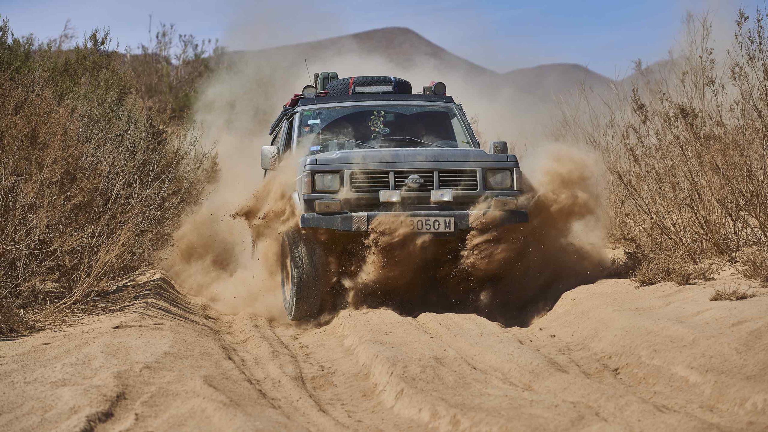Un Nissan Patrol a pasar una zona de arena en Marruecos